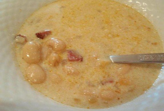 Fazolová polévka se zakysanou smetanou
