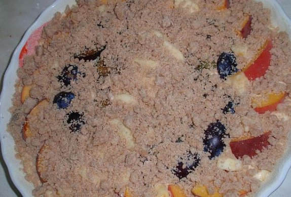 Jogurtový koláč z třeného těsta s ovocem