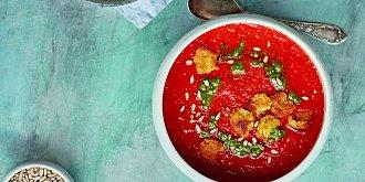 Rajčatová polévka s petrželovým pestem