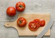 Rajčatový salát s prosciuttem a mozzarellou na topinkách
