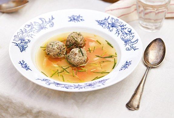 Polévka s játrovými knedlíčky a máslovou zeleninou