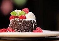 Čokoládový dortík se zmrzlinou a malinami