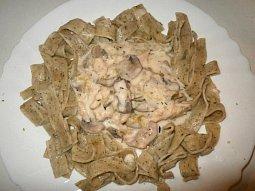 Kuřecí maso s pórkem a žampiony ve smetanové omáčce