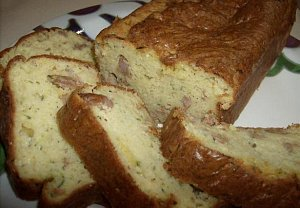 Slaný chlebíček s cuketou, klobásou a rozmarýnem