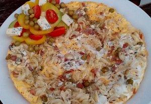 Omeleta s hráškem, uzeným a těstovinou