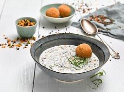 Krémová polévka z barevné čočky, kroketa z čočky a bramborového pyré
