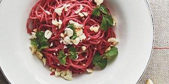 Špagety s pestem z červené řepy a kešu