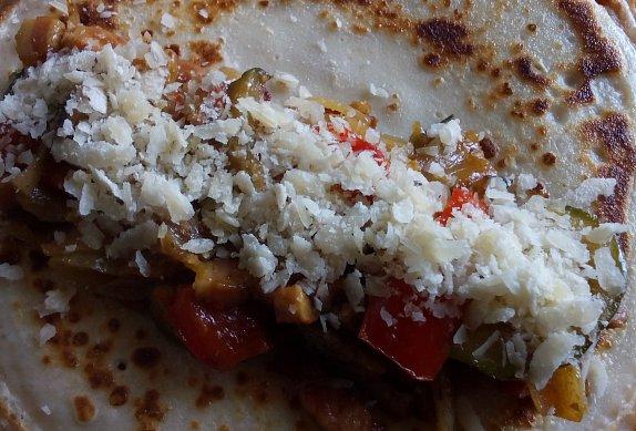 Palačinky se zeleninovou náplní a sýrem