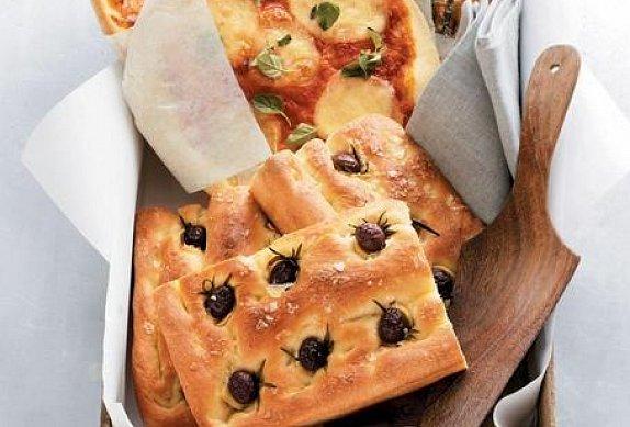 Focaccia s olivami a rozmarýnem