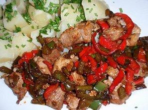 Masová směs s paprikou a česnekovými výhonky