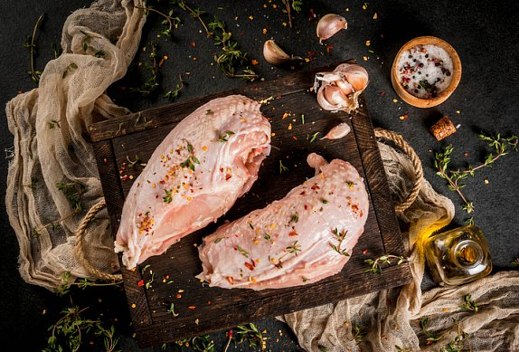 Kuřecí shawarma s pikantním hummusem a marinovanou cibulí