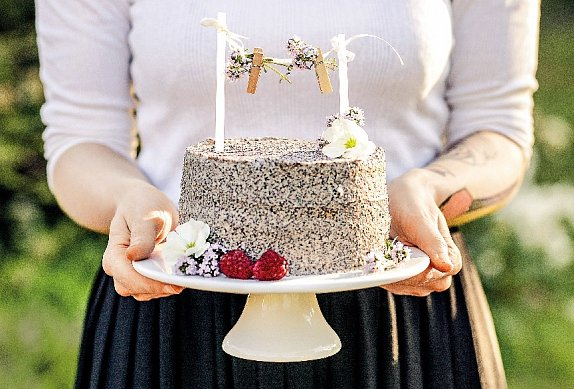 Makový dort s malinami