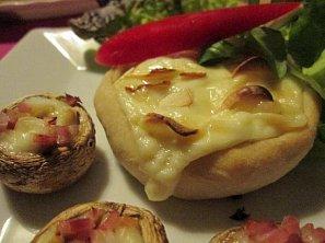 Plněný hermelín v pizza kabátku s plněnými žampióny