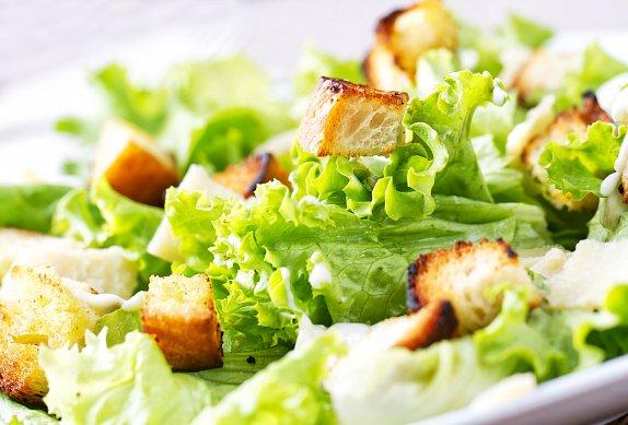 Zeleninový salát s kuřecím masem, krutony a česnekovou zálivkou
