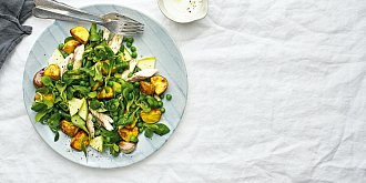Salát s bramborami a makrelou
