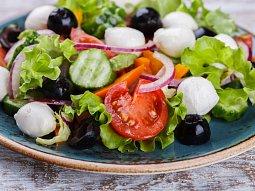Letní salát s mozzarellou