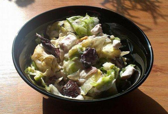 Zelný salát s černými olivami