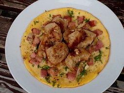 Cibulová omeleta s uzeným masem a opečeným chlebem