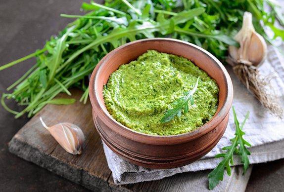 Pečené batáty se zelným salátem a pestem