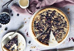 Borůvkový koláč z křehkého těsta s drobenkou
