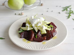 Salát z grilované červené řepy s kozím sýrem, jablky a rukolou