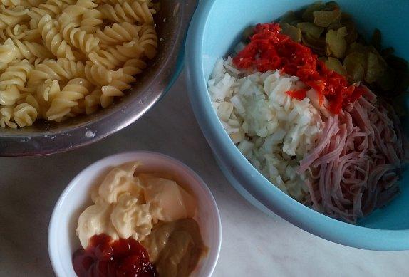 Květákový salát s těstovinami