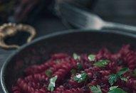 Těstovinový salát s červenou řepou