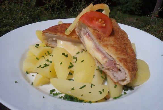 Kotleta (karé) se schwarzwaldskou šunkou a sýrem