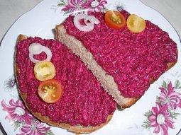 Česneková pomazánka z červené řepy a nivy