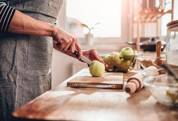 Jablečný závin s kardamomem a vlašskými ořechy