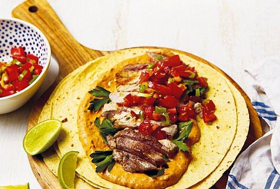 Vepřová krkovice s fazolovým hummusem a rajčatovou salsou