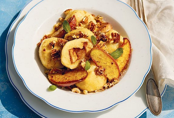 Jablečné knedlíky z odpalovaného těsta s ořechy