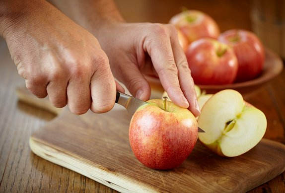 Salát z červeného zelí s jablky