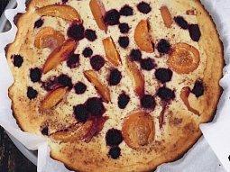 Tvarohový koláč s ovocem s čekankovým sirupem