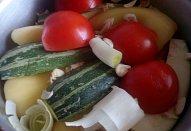 Vepřová žebírka s čubricou na zelenině