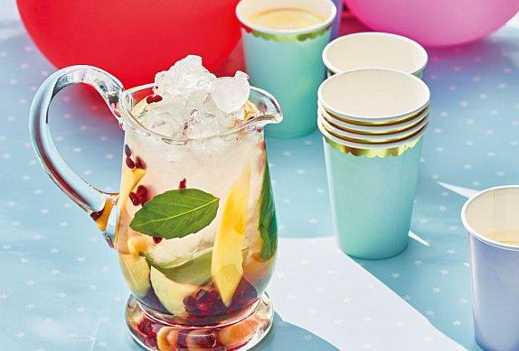 Ledový mátový čaj s mangem a granátovým jablkem