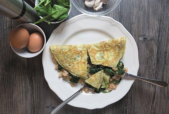 Omeleta s krevetami a špenátem na česneku