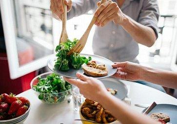 VIDEO: Salát s houbami a kuřetem podle šéfkuchaře Radka Davida