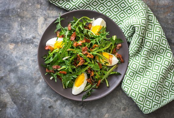Pampeliškový salát s medovo-hořčičnou zálivkou a slaninou