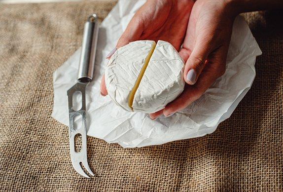 Rozpečený camembert s česnekem