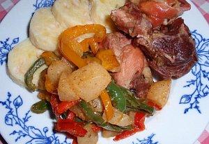 Pečené maso s hruškovo-paprikovou přílohou