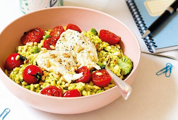 Orzo s brokolicí, rajčaty a mozzarellou