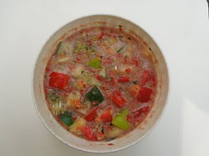Sladký zeleninový salát z paprik, rajčat a okurek