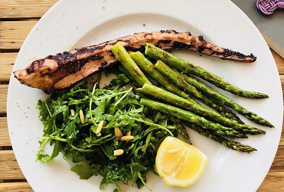 Grilované chobotnice na rukolovém salátu