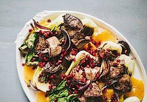Salát s játry, pak choi a ovocem