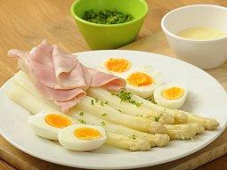 Chřest s bylinkovým máslem, vejcem a šunkou