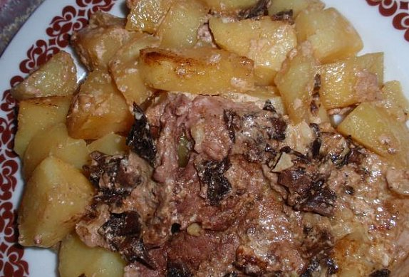 Česnekovo-houbové maso zapečené s bramborem a smetanou