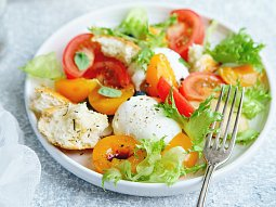 Salát s mozzarellou, blumami, rajčaty a bazalkovým dresinkem