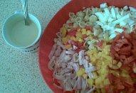 Těstovinový salát se šunkou a paprikou
