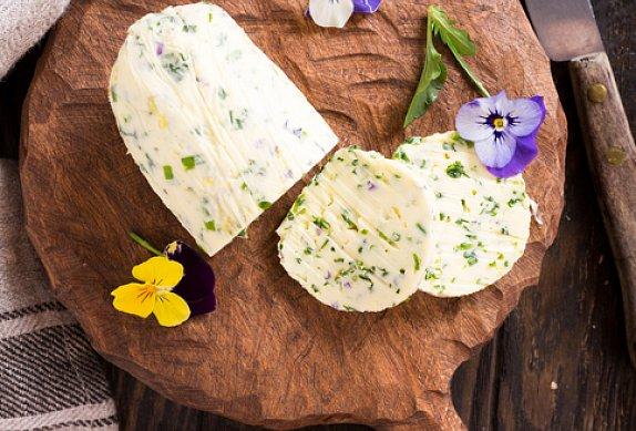 Bylinkové máslo s jedlými květy a mátou